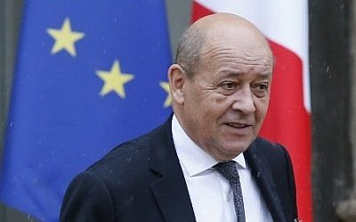 French Defense minister Jean-Yves Le Drian leaves  the Elysee palace after the weekly cabinet meeting, Paris, September 16, 2015. (AFP/PATRICK KOVARIK)