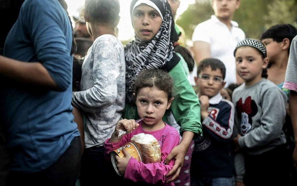 Syrian refugees queue for food in northwestern Turkish province of Edirne, as they headed to the Greek border, September 17, 2015. (AFP/Bulent Kilic)