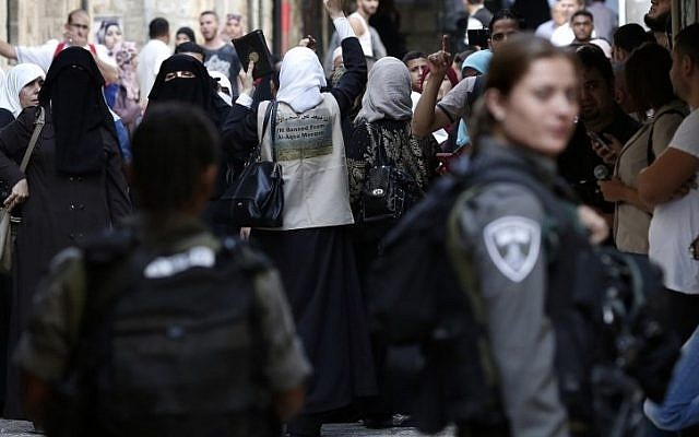 Palestinians shout slogans in front of Israeli security forces who block a street leading to the Temple Mount, in the Muslim Quarter of Jerusalem's Old City, on September 15, 2015. (AFP/Thomas Coex)