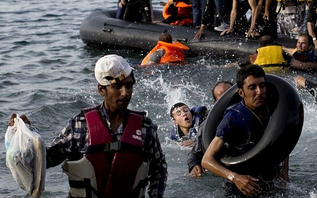 Migrants arrive on the shores of the Greek island of Lesbos after crossing the Aegean Sea from Turkey on a dinghy on September 9, 2015. (AFP / ANGELOS TZORTZINIS)