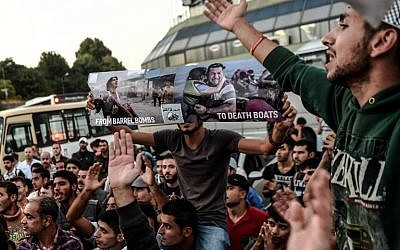 Migrants and refugees demonstrate at Istanbul's Esenler Bus Terminal as they wait for buses to the Turkish-Greek border after authorities withheld tickets to Turkish border towns on September 18, 2015. (AFP PHOTO/OZAN KOSE)