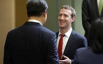 Chinese President Xi Jinping, left, talks with Facebook Chief Executive Mark Zuckerberg, right, during a gathering of CEOs and other executives at Microsoft's main campus in Redmond, Washington, Wednesday, September 23, 2015 (AFP PHOTO / POOL / TED S. WARREN)