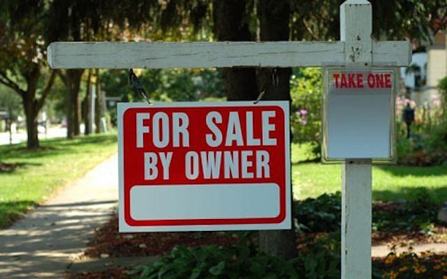 A FSBO sign on a lawn (Courtesy)