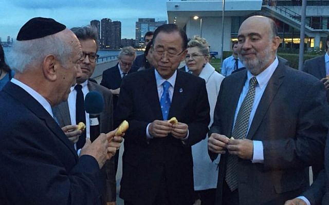 Rabbi Arthur Schneier, left, leads Ban Ki-moon center, Ron Prosor, right, and others in a Tashlich ceremony outside the UN on September 21, 2015. (Permanent Mission of Israel to the UN)