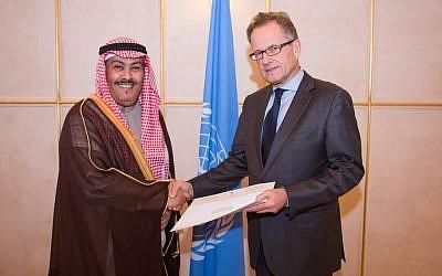 Faisal bin Hassan Trad (left), Saudi Arabian ambassador to the UN Office at Geneva (UNOG), presents his credentials to Michael Møller, acting director-general of UNOG on January  7, 2014. (UN/Pierre Albouy)