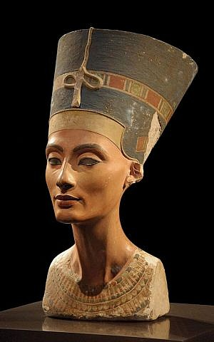 Picture of the Nefertiti bust in Neues Museum, Berlin. (Photo credit: CC BY Phillip Pikkart, Wikipedia)