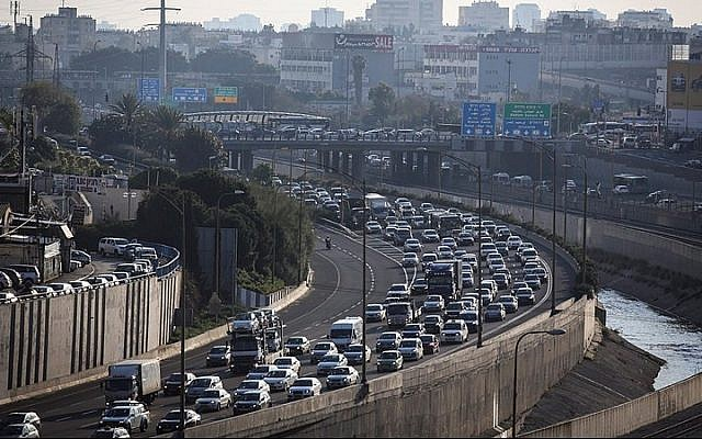 View of Ayalon highway in Tel Aviv in 2015. (Nati Shohat/Flash90)