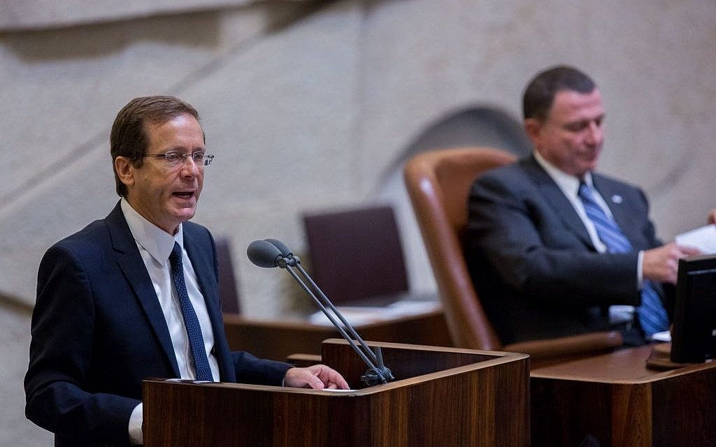 Zionist Union party leader Isaac Herzog addresses the Knesset on September 2, 2015, during the state budget vote for 2015-2016. (Yonatan Sindel/Flash90)