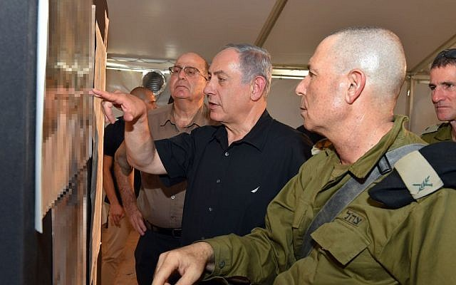 Benjamin Netanyahu, center, with Defense Minister Moshe Ya'alon, background, with army officials during a visit to Israel's southern border with Jordan on September 6, 2015. (Ariel Hermoni/Defense Ministry)