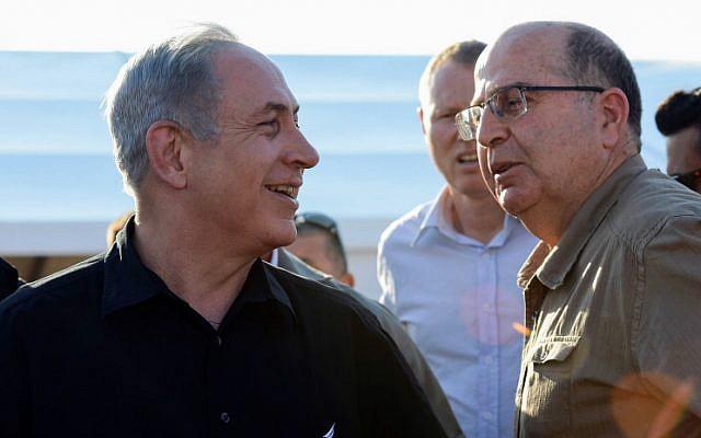 Defense Minister Moshe Ya'alon and Prime Minister Benjamin Netanyahu visit Israel's border with Jordan on September 6, 2015. (Haim Zach/GPO)