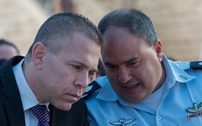 Public Security Minister Gilad Erdan (L) speaks with Deputy Police Commissioner Bentzi Sau in Jerusalem on September 7, 2015. (Yonatan Sindel/Flash90)