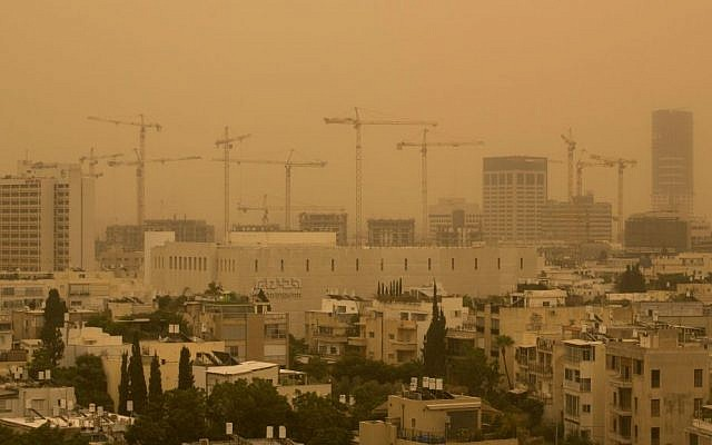 View of the Tel Aviv skyline in a dense sandstorm, September 08, 2015. (Miriam Alster/Flash90)