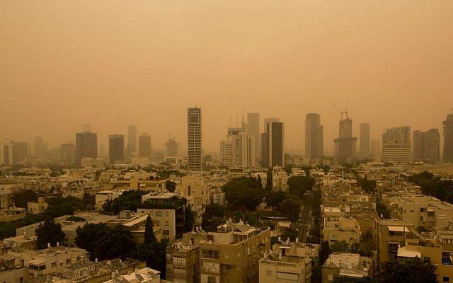 View of the Tel Aviv skyline in a dense sandstorm, September 08, 2015. (Miriam Alster/Flash90)