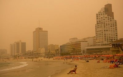 The Tel Aviv beach seen as a sand storm hits Israel on September 08, 2015. (Miriam Alster/Flashh90)