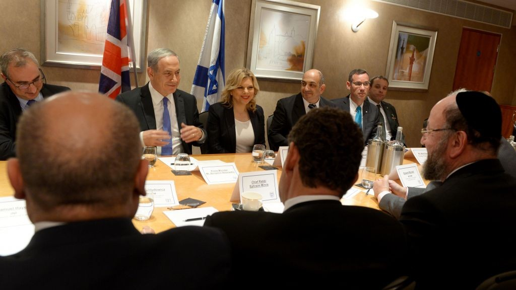 Prime Minister Benjamin Netanyahu and his wife Sara meet with leaders of Jewish organizations in the United Kingdom in London on September 9, 2015. (Photo by Avi Ohayon/GPO)