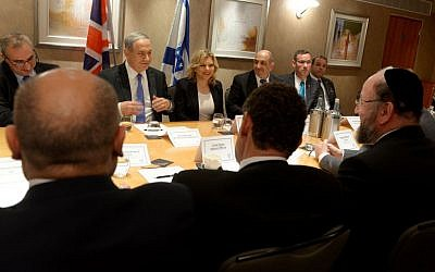 Israeli Prime Minister Benjamin Netanyahu and his wife Sara meet with Jewish leaders in the United Kingdom, including Chief Rabbi Ephraim Mirvis (bottom right) in London, September 9, 2015 (Avi Ohayon/GPO)