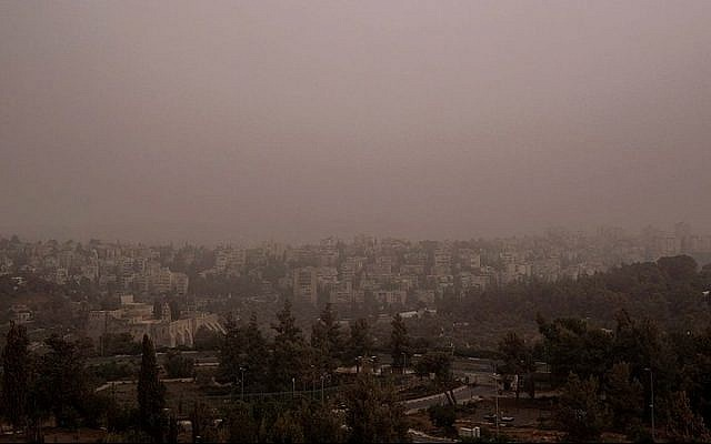 View of Jerusalem on the second day of a heavy sandstorm that covered Israel, September 9, 2015. (Yaniv Nadav/Flash90)