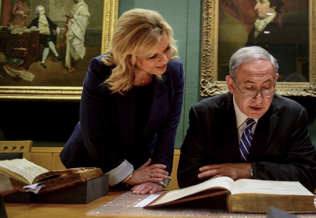 Israeli Prime Minister Benjamin Netanyahu and his wife Sarah visit the National Library in London where they view the original Balfur Declaration, September 10, 2015 Avi Ohayon/GPO