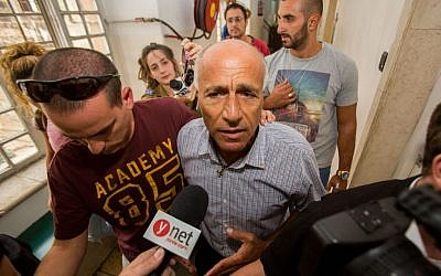 Mordechai Vanunu speaks to the media at the Jerusalem Magistrate's Court, September 10, 2015. (Yonatan Sindel/Flash90)
