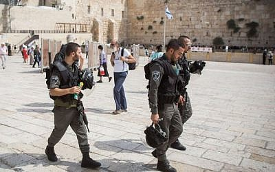 Police officers walking in the Western Wall plaza of the Old City of Jerusalem, September 13, 2015. (Yonatan Sindel/Flash90)