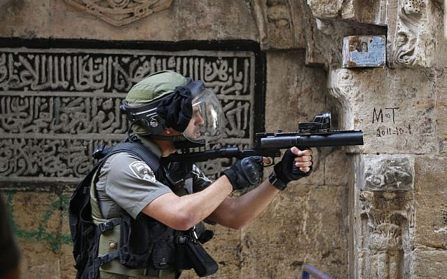 Israeli Border Police seen during clashes in and around the Temple Mount compound in Jerusalem's Old City on September 15, 2015. (Flash90)