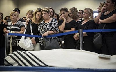 Friends and family attend the funeral of 64-year-old Alexander Levlovitz on September 16, 2015. (Hadas Parush/FLASH90)