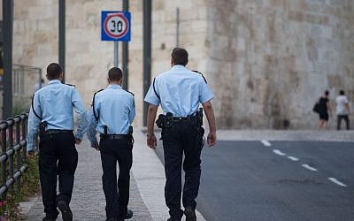 Illustrative: Israeli police walk outside of Jerusalem's Old City (Nati Shohat/FLASH90)