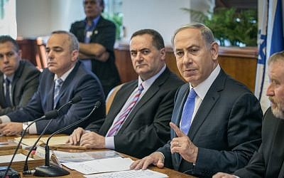Prime Minister Benjamin Netanyahu leads the weekly cabinet meeting at the Prime Minister's Office in Jerusalem on September 20, 2015. (Ohad Zwigenberg/POOL/FLASH90)