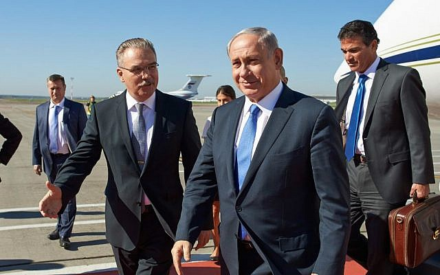 Prime Minister Benjamin Netanyahu is welcomed by representatives of the Israeli Embassy in Russia, as well as Russian delegates, as he arrives on an official visit to Moscow, Russia, September 21, 2015. (Israeli Embassy in Russia/Flash90)