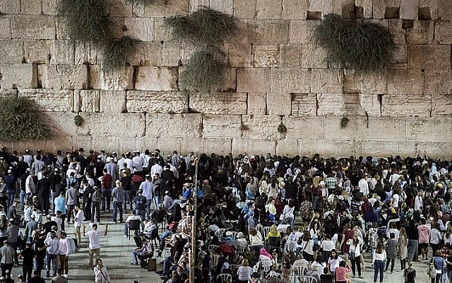 Thousands of Jewish people gather for a mass prayer for forgiveness (slichot) at the Western Wall in Jerusalem's Old City, on the night before Yom Kippur on September 21, 2015. (Hadas Parush/Flash90)