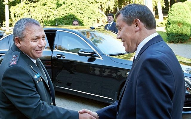 IDF Chief of Staff Gadi Eisenkot (L) meets with the Russian army Chief of Staff Valery Grasimov in Moscow, Russia, on September 21, 2015 (Israel Defense Forces)