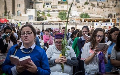 Thousands gather at the Western Well for the annual Sukkot priestly blessing ceremony, September 30, 2015. (Photo by Flash90)