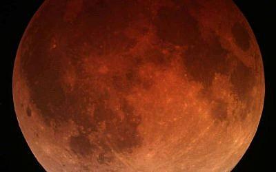 'Blood moon' lunar eclipse, April 15, 2014 (Photo: CC BY-SA Tomruen, Wikipedia)