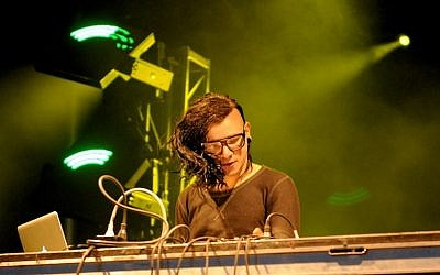 Skrillex performing live at the 2011 Ottawa Bluesfest. (CC BY-SA Wikimedia commons, Brennan Schnell)
