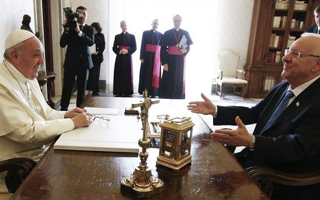Pope Francis talks with President Reuven Rivlin during a private audience in the Pontiff's private library at the Vatican Thursday, September 3, 2015. (Tony Gentile/Reuters via AP Pool)