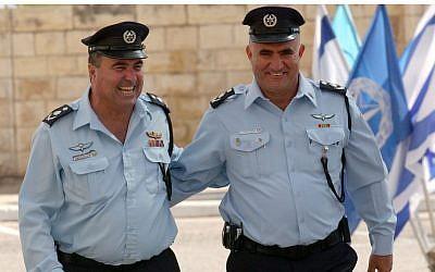 Former police chiefs Moshe Karadi (right) and Shlomo Aharonishki. (Yossi Zamir / Flash90)