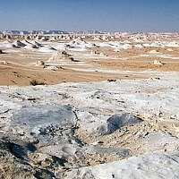 The White Desert between Farafra and Bahariya in western Egypt.  (photo credit: Nomo/Michael Hoefner/Wikimedia Creative Commons)