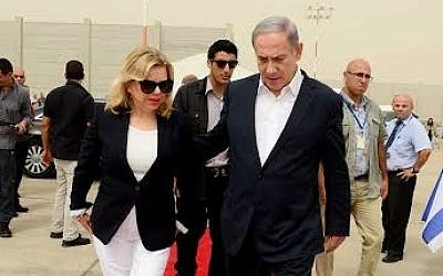 Benjamin Netanyahu (R) and his wife, Sara, board a plane ahead of a visit to Britain, September 9, 2015 (Avi Ohayun, PMO)