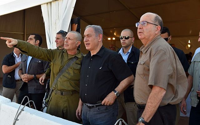 Prime Minister Benjamin Netanyahu (center) and Defense Minister Moshe Ya'alon (right) visit the route of a planned fence along the southern part of Israel's border with Jordan, September 6, 2015. (Ariel Harmoni/Defense Ministry)