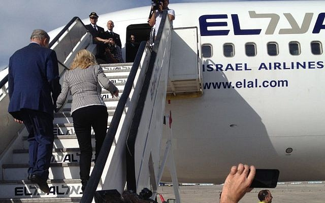 Prime Minister Benjamin Netanyahu and his wife enter an El Al jet bound for New York City on September 29, 2015. (Raphael Ahren, Times of Israel staff)