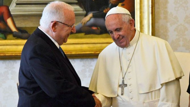 President Reuven Rivlin meeting Pope Francis at the Vatican, September 3, 2015. Haim Zach/GPO)