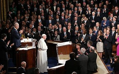 Pope Francis is applauded by members of Congress as he arrives to speak during a joint meeting of the US Congress in the House Chamber of the US Capitol on September 24, 2015 in Washington, DC. (Win McNamee/Getty Images/AFP)