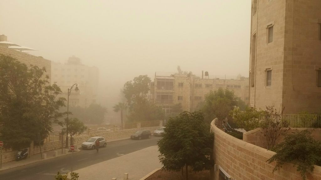Scene from central Jerusalem, shrouded in the brownish-yellow fog of a sandstorm, September 8, 2015. (Times of Israel)