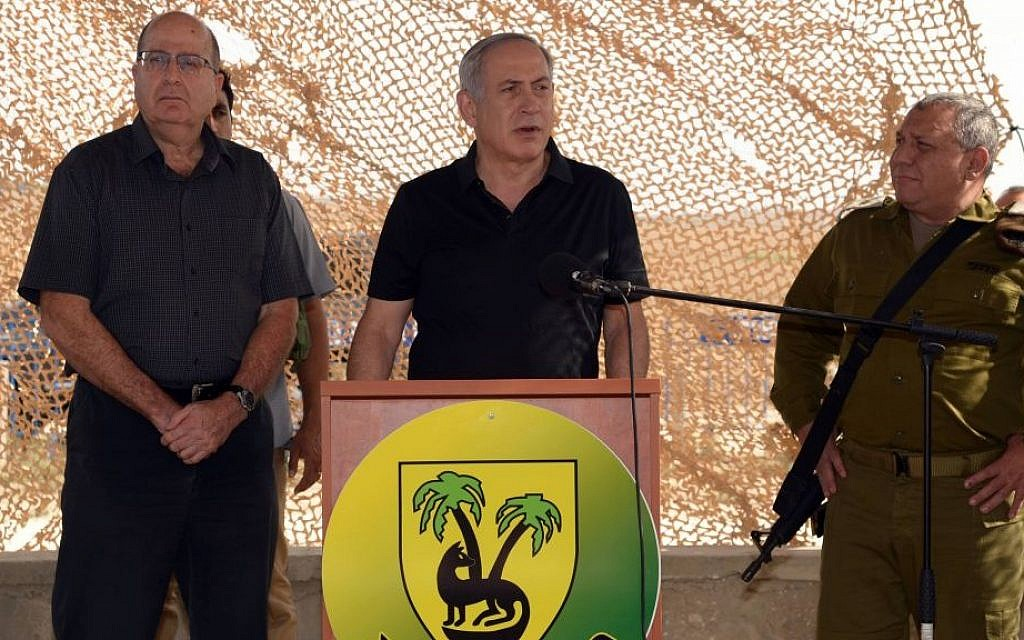 Prime Minister Benjamin Netanyahu visits the Gaza border together with Defense minister Moshe Ya'alon (L), and IDF Chief of Staff Lt. Gen. Gadi Eisenkot (R) on October 20, 2015. (Chaim Tzach/GPO)