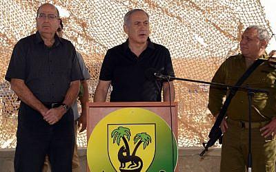 Prime Minister Benjamin Netanyahu visits the Gaza border together with Defense minister Moshe Ya'alon (L), and IDF Chief of Staff Lt. Gen. Gadi Eisenkot (R) on October 20, 2015. (Chaim Tzach/GPO)