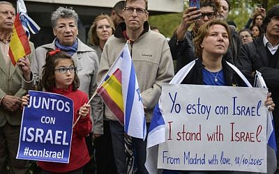 Supporters hold signs reading 'Together with Israel' at a rally called by the Federation of Jewish Communities in Spain (FCJE) and the Jewish Community of Madrid, in front of the Israeli embassy in Madrid on October 18, 2015. (AFP PHOTO/PEDRO ARMESTRE)