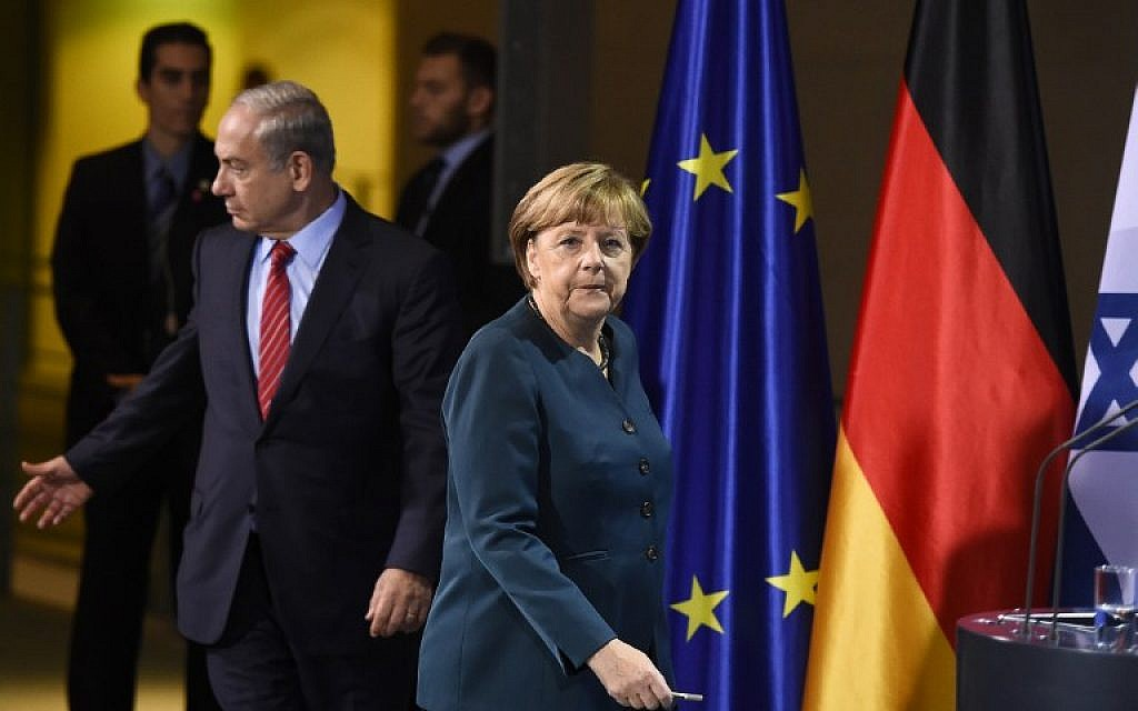 Benjamin Netanyahu (L) and German Chancellor Angela Merkel arrive to address a press conference at the chancellery in Berlin on October 21, 2015. (AFP/TOBIAS SCHWARZ)
