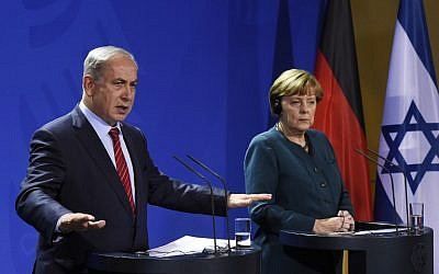 Prime Minister Benjamin Netanyahu, left, and German Chancellor Angela Merkel address a press conference at the chancellery in Berlin, October 21, 2015. (AFP/Tobias Schwarz)