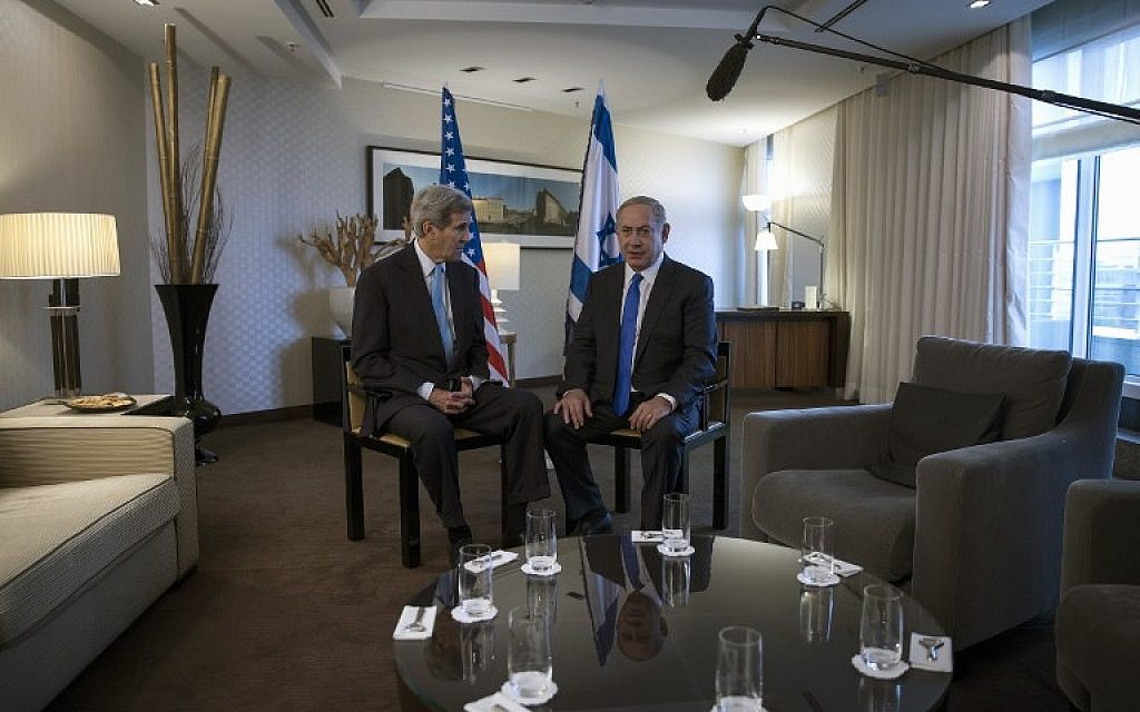 Benjamin Netanyahu (right), and Secretary of State John Kerry (left) meet at a hotel in Berlin, Germany, on October 22, 2015. (AFP/Carlo Allegri/Pool)