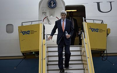 US Secretary of State John Kerry steps off his plane after arriving at Vienna International Airport, October 29, 2015.  (Photo by AFP PHOTO / POOL / BRENDAN SMIALOWSKI)